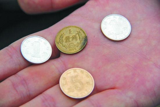 鄂先生收藏的一角钱硬币和现在的一角钱以及五角钱做对比本报记者毕继红摄