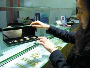 市民在选购熊猫金币