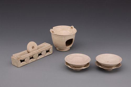 唐白釉煮茶器一套,包括茶碾、风炉、茶釜、带托盏