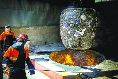 國內最大景泰藍大瓶進爐燒製單體設計高4米