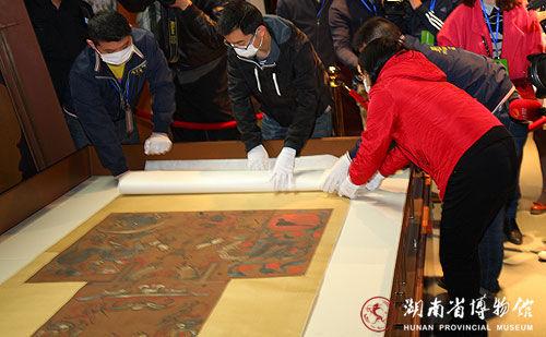布展现场,工作人员打开马王堆一号墓T形帛画