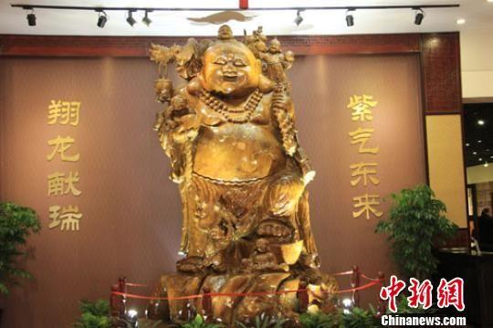 6噸重整尊金絲楠木五子鬧佛像由整根千年成材的金絲楠木雕刻而成,十分罕見。 陸建國 攝