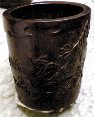 民国时的雕花笔筒。