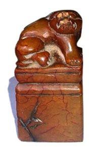 田黄狮钮方章:长:58cm 宽:58cm高:114cm 重量:约775克。田黄狮钮方章暂收藏于广州隆盛国际