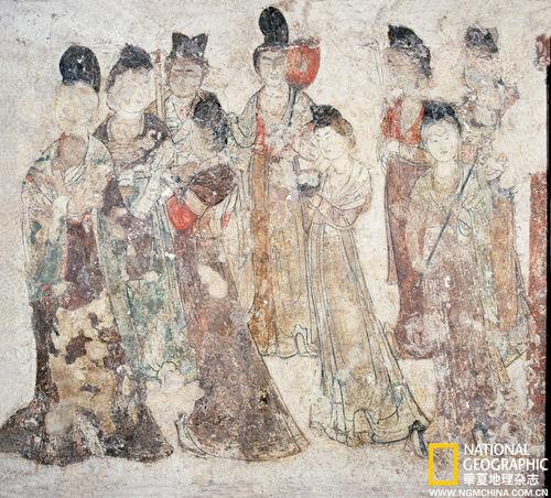 永泰公主墓的这幅宫女群像图,描述了某个夏夜一场即将开始的豪奢宴会,盛妆的宫女正持杯捧盘前去迎奉主人。画中女子秀丽而丰满、华贵而艳媚,是当时朝野喜好的风尚。