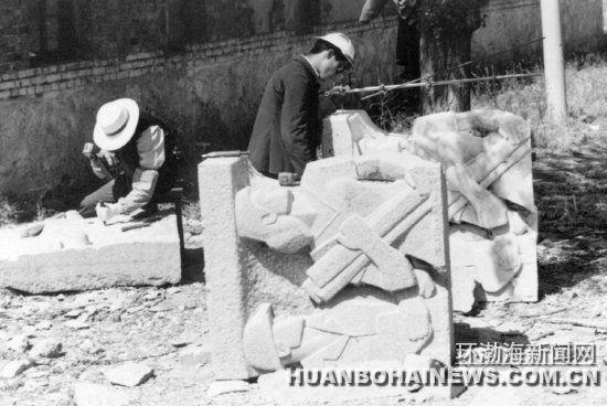 1985年清明,老唐山十中院内,师傅们正在雕刻唐山抗震纪念碑浮雕