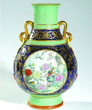 """估价800美元至1200美元的民国时期""""蓝釉描金印花粉彩开光壶""""最终成交价高达1800万美元。"""