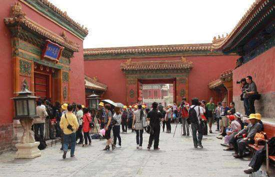 2011年5月11日,北京故宫博物院与香港两依藏博物馆共同召开新闻发布会,通报《交融――两依藏珍选粹展》展品失窃信息。进入斋宫的仁寿门被封闭,大批记者在门外守候