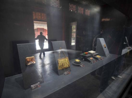 2011年4月26日,故宫博物院斋宫,展出香港两依藏博物馆百余件西式化妆盒藏品和手袋。它们大部分制成于19世纪至20世纪,有卡地亚、爱马仕、库奇等品牌
