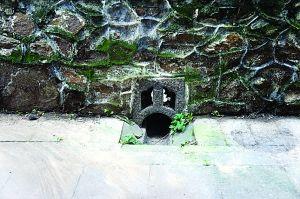 潭柘寺院墙上的水眼