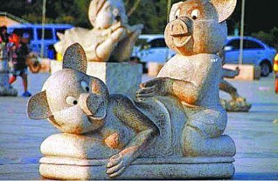 """图为郑州地标性建筑""""中原福塔""""的广场雕像""""孝顺猪""""。"""