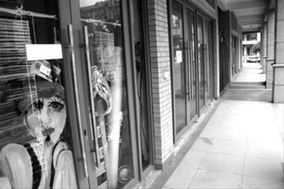 昔日热闹的大东方画村人去楼空,玻璃窗上还残留着一些涂鸦 晚报资料图片