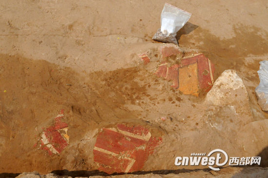 考古队员在石峁遗址发现了壁画遗迹