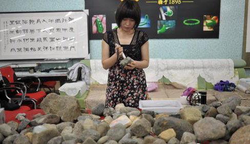 一位女藏家在挑選原石
