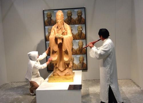 中国艺术家威尼斯披麻戴孝哭孔子