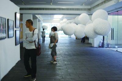 对因房租暴涨而无奈撤离798的艺术家们而言,通州宋庄艺术区是个不错的选择。