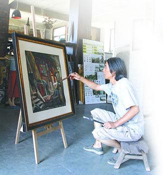 李毅力在古剑山的工作室创作 记者 刘晓娜 摄