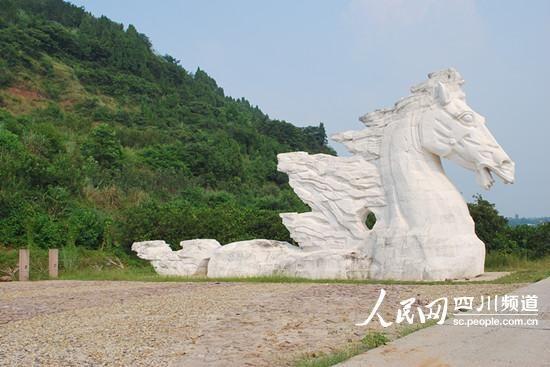 """据记者目测,""""天马""""雕塑高近20米,全长约40米,其中,马尾长10米。近看气势磅礴。(记者郭洪兴 摄)"""