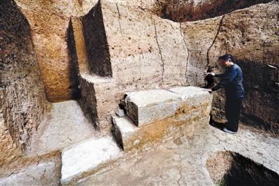 墓室内的石质墙基在其他陵墓中并不多见