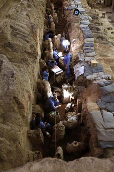 考古專家在秦兵馬俑一號坑進行考古發掘(2013年5月21日攝)。當日,記者從秦始皇帝陵博物院獲悉,考古專家在對秦兵馬俑一號坑進行第三次考古發掘過程中,在靠近坑壁北沿的過洞中清理髮現了一件弓弩,其最易損毀的弓弦清晰可見,整體保存較完整,這在秦兵馬俑考古史上尚屬首次。新華社發