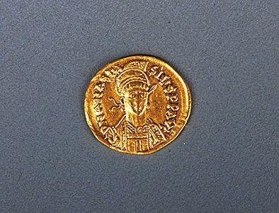 洛阳衡山路北魏大墓发掘出的阿纳斯塔修斯一世金币正面。图片来源:新华社 河南文物网