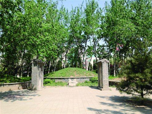 张养浩墓虽然位于小区公园里,但几乎无人问津 记者刘建宇摄
