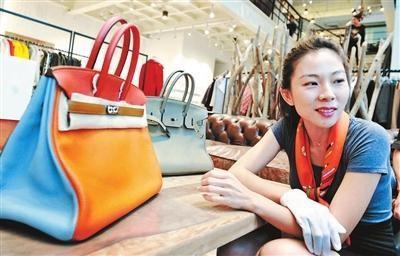 奢侈品鉴定班老师在给学员讲解 摄影 本报记者 王晓溪
