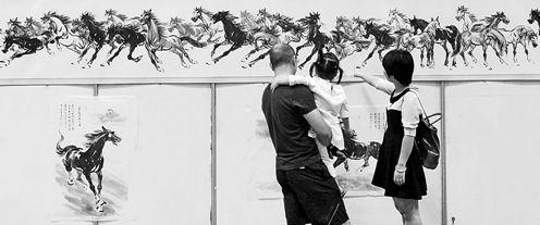10月9日,南坪国际会展中心,市民正在观赏国画长卷《百马图》。          特约摄影 马多