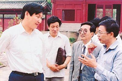 1990年6月8日,习近平在福州华林寺调研。