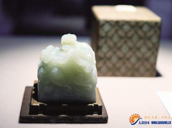 香港苏富比春拍预展上拍摄的清雍正帝御宝白玉方玺。新华社 发