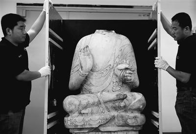 5月5日,在北京中華世紀壇,工作人員對北齊漢白玉釋迦牟尼佛佛身進行開箱。新華社記者 金良快攝