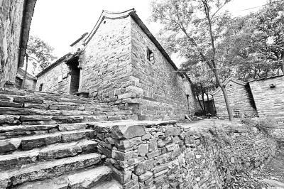 石阶、古楼、青瓦,小巷绿树人家,太行川寨王硇,处处风景如画。本报记者 李韵摄