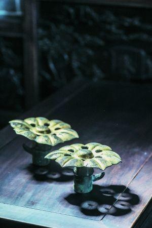 汉代铜鎏金车马饰伞顶。
