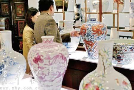 艺术品投资越来越受追捧 本报记者 马骏(专栏) 摄