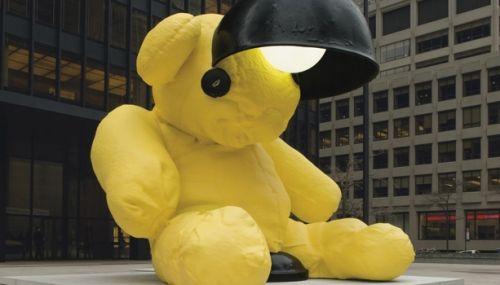 乌尔斯・菲舍尔巨型户外雕塑《无题(灯/熊)》