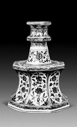 中国嘉德今年春季拍卖会上推出的一件明宣德青花折枝花卉八方烛台。(嘉德供图)