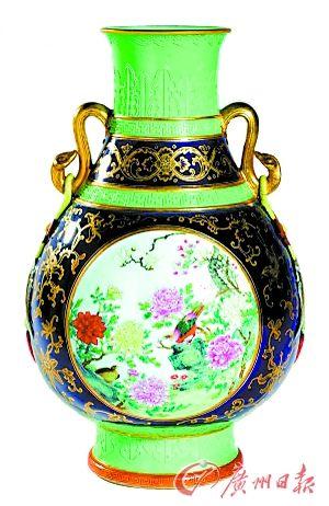 """苏富比拍卖中拍出亿元天价的民国粉彩瓶被称为""""世纪大笑话"""",媒体称它只能""""用于装饰酒店大堂""""。"""