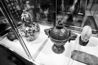 收藏界专家表示,马年各个收藏板块投资机遇和挑战同在,关键是选好品种。 记者 田超 摄