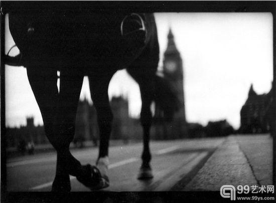为了拍摄这些关于伦敦的照片,贾科莫布鲁里尼每天都要在城市的街道中徘徊上几个小时。他早上九点左右就开始步行,耐心等待着能激起他兴趣的东西进入视线。有时那是一顶帽子,或者一件漂亮的衣服,他会跟随着佩戴者,在街对面、人行道上或是在一座桥上的某个瞬间,按下快门,抓拍下一张又一张,直到他满意为止。在长达两年的时间里,他每天都这样在城市中行走五、六英里去寻找他的猎物。   散步是我的摄影创作的一部分,布鲁里尼说,你需要通过步行来创造机会去发现你感兴趣的东西。他拍摄的图片将在本月出版成书,并在伦敦摄影家画廊