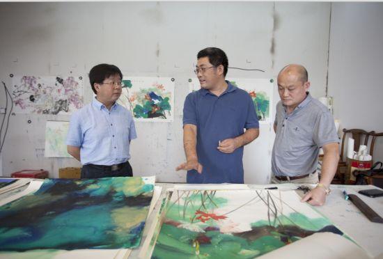 书画家与宣纸集团领导在探讨现代彩墨专用纸