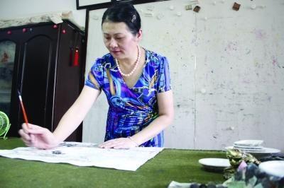 刘普红在作画。