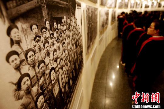 """10月8日,""""大道之行――纪念辛亥革命一百周年影像展""""在北京中华世纪坛开幕,120余张珍贵历史照片与公众见面,其中部分照片属于首次公开。中新社发 杜洋 摄"""