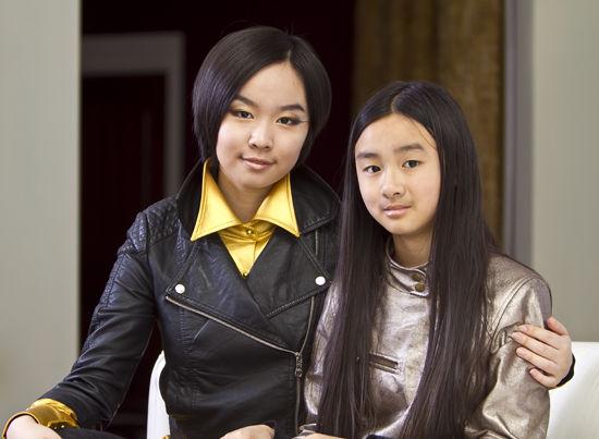 美籍华裔小姐妹尹亮前、尹亮景合影