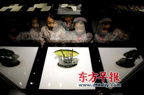 图为参观者在玻璃博物馆内欣赏玻璃艺术品《余烬》。