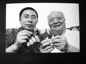 趙光琛(右)與王律展示八一軍徽。 (小圖為我國第一枚八一軍徽)