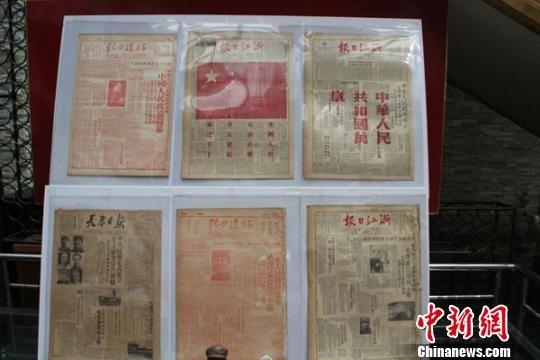 """6张珍罕的记录中华人民共和国""""开国盛典""""的全红版报纸。 李芳华 摄"""
