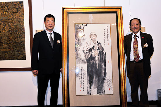 尼玛泽仁与蔡穗新董事长 在觉光法师画像前
