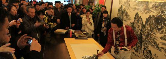 宋草人在庆典仪式上现场创作书画作品