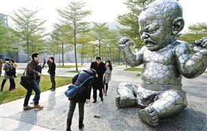 市民在深圳中心书城西侧广场近距离观看知名艺术家的公共雕塑作品。