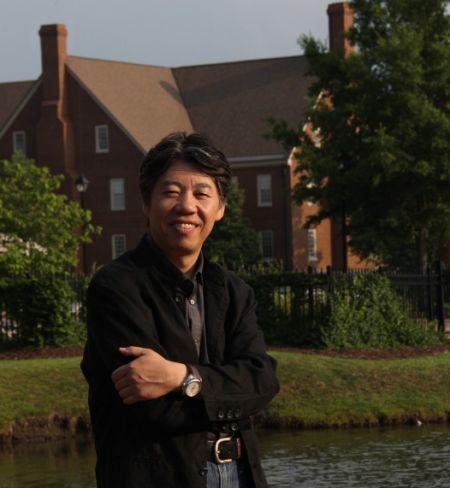 艺术家马刚(2011年8月赴美国弗吉尼亚州瑞津大学考察校园留影)